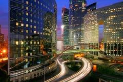Centro de negocios moderno en la noche Fotos de archivo libres de regalías