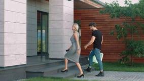 Centro de negocios que entra de los pares modernos Familia de la moda que va para arriba escalera almacen de metraje de vídeo