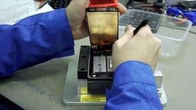 Centro de servicio Talleres de reparaciones de la electrónica La reparación del smartphone Hombre que repara un smartphone almacen de metraje de vídeo