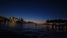 Centro de St Petersburg, Rusia en la noche En el río son los barcos de pasajero Vista del crucero de la aurora en el río de Neva almacen de metraje de vídeo