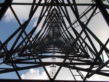 Centro debajo de la torre de comunicaciones imagenes de archivo