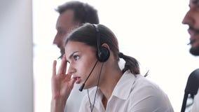 Centro del contacto Operador de la mujer con dolor de cabeza y la tensión en el trabajo almacen de video