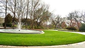 Centro del parque con la fuente de agua imagenes de archivo