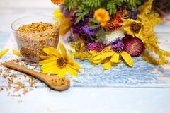 Centro del polen y de flores de la abeja Imagen de archivo libre de regalías