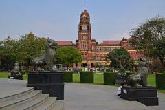 Centro del quadrato di Maha Bandula Garden con la precedente costruzione dell'alta corte nei precedenti Fotografie Stock