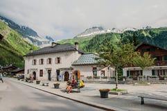 Centro del villaggio con le case ed il paesaggio alpino in Argentière, Immagini Stock Libere da Diritti