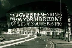 Centro del visitante de la bahía de Cardiff por noche Fotos de archivo