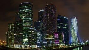 Centro di affari dei grattacieli a Mosca alla notte Fotografie Stock