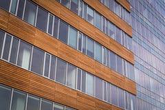 Centro di affari moderno con le finestre ed il legno Fotografia Stock