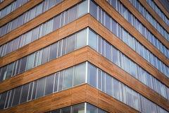 Centro di affari moderno con le finestre ed il legno Fotografie Stock Libere da Diritti