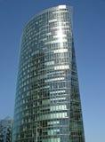 Centro di affari moderno sul fondo del cielo blu Immagini Stock Libere da Diritti