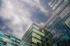 Centro di affari sotto il cielo di sera Fotografie Stock