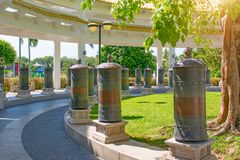 Centro di buddismo di Nanshan, un parco in pieno dei siti religiosi un parco di cinque stelle alti colonne e tamburi del ferro pe Immagini Stock Libere da Diritti