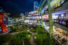 Centro di Cebu del centro commerciale di Ayala alla notte a Cebu, Filippine Agosto 2018 fotografie stock