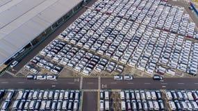 Centro di distribuzione dell'automobile con le nuove automobili di fila immagini stock