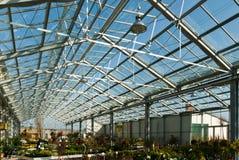 Centro di giardino con un tetto di vetro sotto un cielo blu fotografia stock libera da diritti
