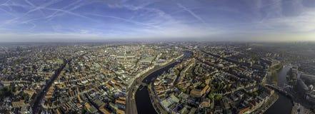 Centro di Haarlem con il fiume Spaarne immagini stock libere da diritti