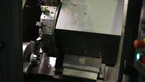 Centro di lavorazione di fresatura orizzontale con CNC e gli strumenti sostituibili, parte di metallo di processi archivi video