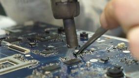 Centro di servizio Officine riparazioni di elettronica Primo piano delle mani archivi video