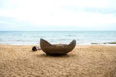 Centro di vimini della sedia di spiaggia sulla spiaggia immagine stock