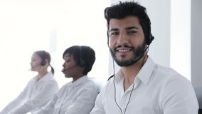 Centro do contato Operador nos auriculares no retrato do local de trabalho video estoque