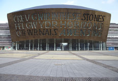 Baía de Cardiff com centro do milênio Fotografia de Stock Royalty Free