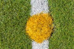 Centro do passo artificial do futebol da grama Fotos de Stock Royalty Free