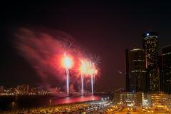 Centro do renascimento do GM durante os fogos-de-artifício do festival da liberdade ao longo do beira-rio pitoresco de Detroit foto de stock