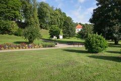 Centro e iglesia viejos de ciudad en Saldus, Letonia Foto de archivo libre de regalías
