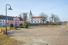 Centro e iglesia viejos de ciudad en Saldus, Letonia Imagen de archivo libre de regalías
