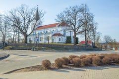 Centro e iglesia viejos de ciudad en Saldus, Letonia Imagenes de archivo
