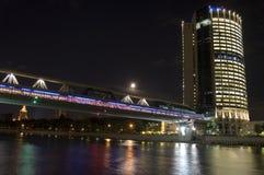Centro e ponticello di affari di Mosca sopra il fiume, scena di notte Immagini Stock