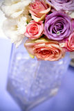 Centro elegante del fiore di festa, vaso di vetro. immagini stock