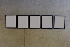 centro espositivo con i mura di cemento e le cornici vuote Immagini Stock