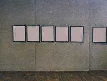 centro espositivo con i mura di cemento e le cornici vuote - Immagini Stock