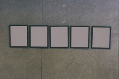 centro espositivo con i mura di cemento e le cornici vuote - Fotografie Stock