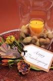 Centro felice della regolazione della tavola di ringraziamento con la candela di ornage ed i dadi - verticale Immagini Stock Libere da Diritti