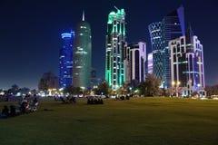 Centro financiero de la noche de la ciudad de Doha, Qatar foto de archivo