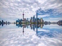 Centro financiero del lujiazui de Pudong a un lado el río Huangpu Foto de archivo libre de regalías