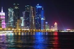 Centro financiero en la ciudad en la noche, Qatar de Doha fotografía de archivo
