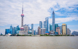 Centro finanziario di lujiazui di Pudong da parte il fiume Huangpu Fotografia Stock Libera da Diritti