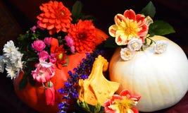 Centro floreale di caduta della zucca di ringraziamento luminoso Fotografie Stock Libere da Diritti