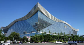 Centro global de New Century, Chengdu, Sichuan, China contra los cielos azules Foto de archivo libre de regalías