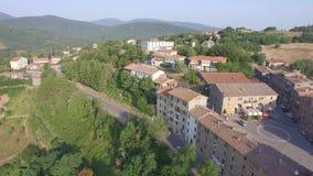 Centro histórico del vuelo de un pequeño pueblo toscano almacen de metraje de vídeo