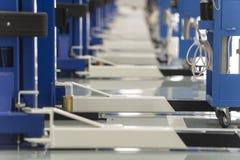 Centro interior del coche-cuidado La elevación eléctrica para los coches en el servicio imágenes de archivo libres de regalías