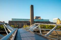 Centro no banco sul de Thames River, vista de Tate Modern Exhibition da ponte do milênio foto de stock royalty free