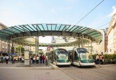 Centro ocupado da cidade francesa de Strasbourg, Alsácia com dois tr Fotos de Stock