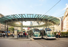 Centro ocupado de la ciudad francesa de Estrasburgo, Alsacia con dos tr Fotos de archivo