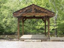 Centro poca plataforma de la capilla de la boda del río Foto de archivo