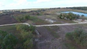 Centro recreativo da caça casas e hangar para caçadores Lago para pescadores filme